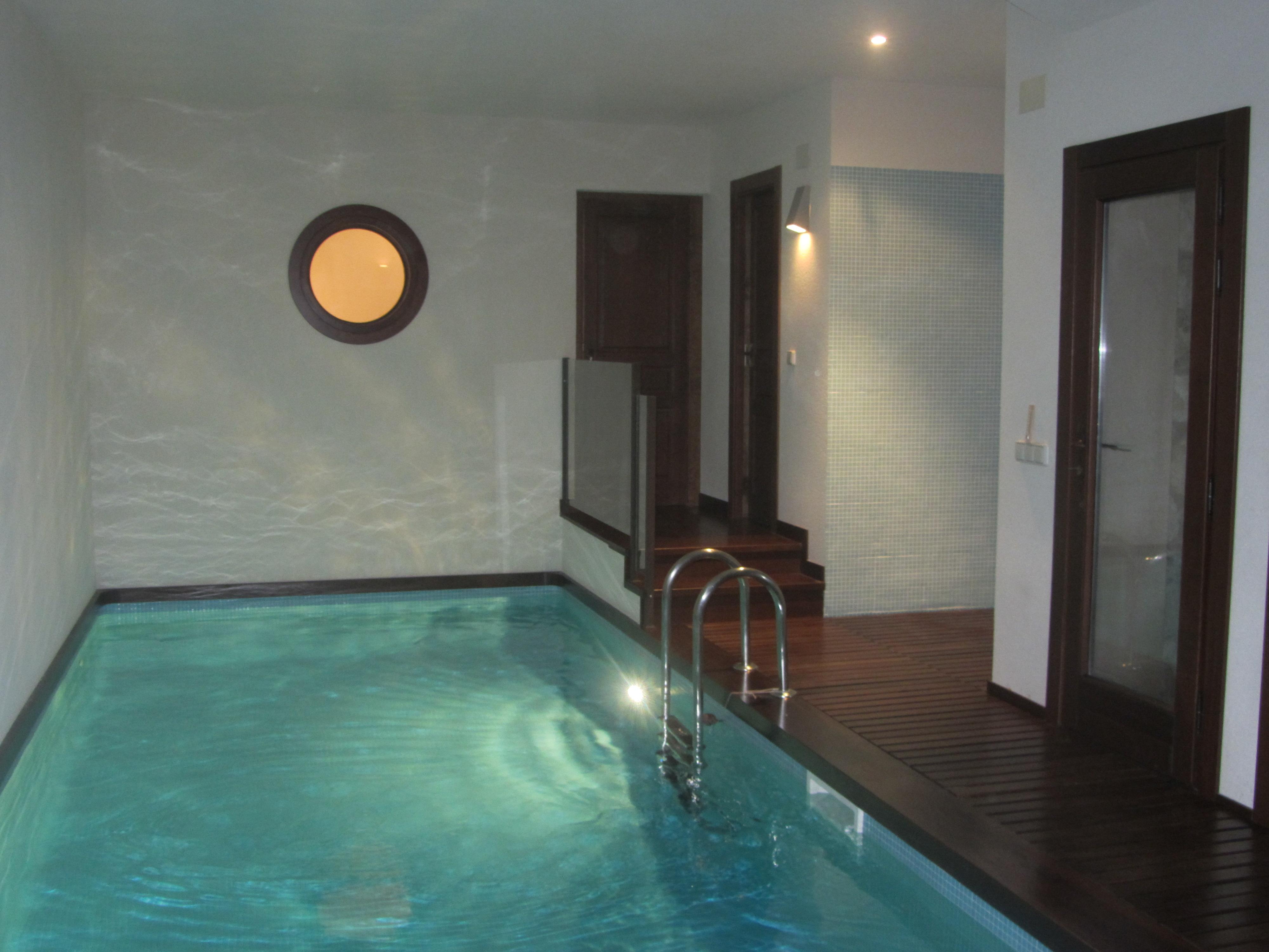 Piscina climatizada torrecalera for Casas con piscina guayaquil